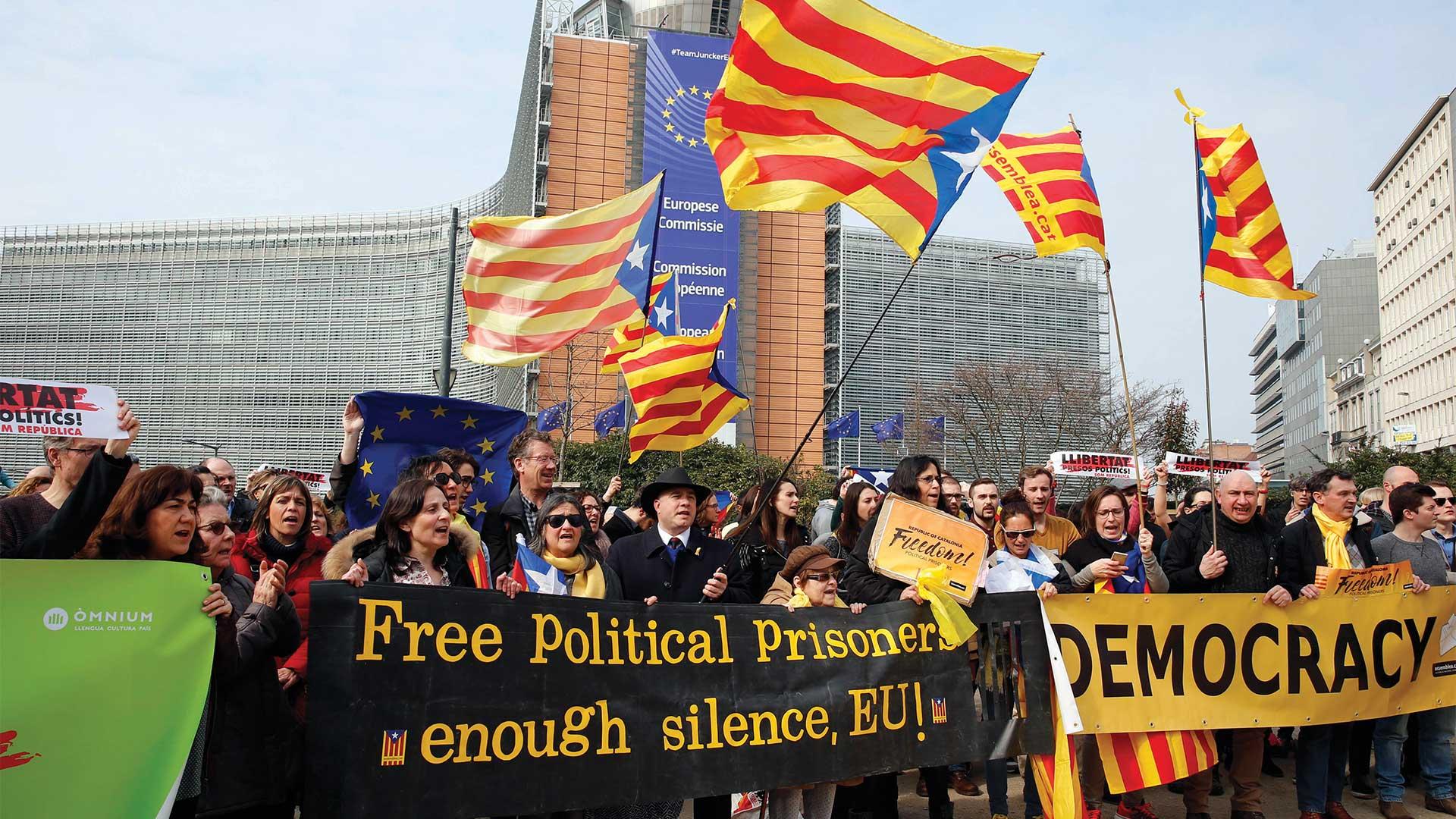 Manifestantes a favor de la independencia de Cataluña se movilizan frente a la sede de la Comisión Europea, en Bruselas. Foto: AFP.