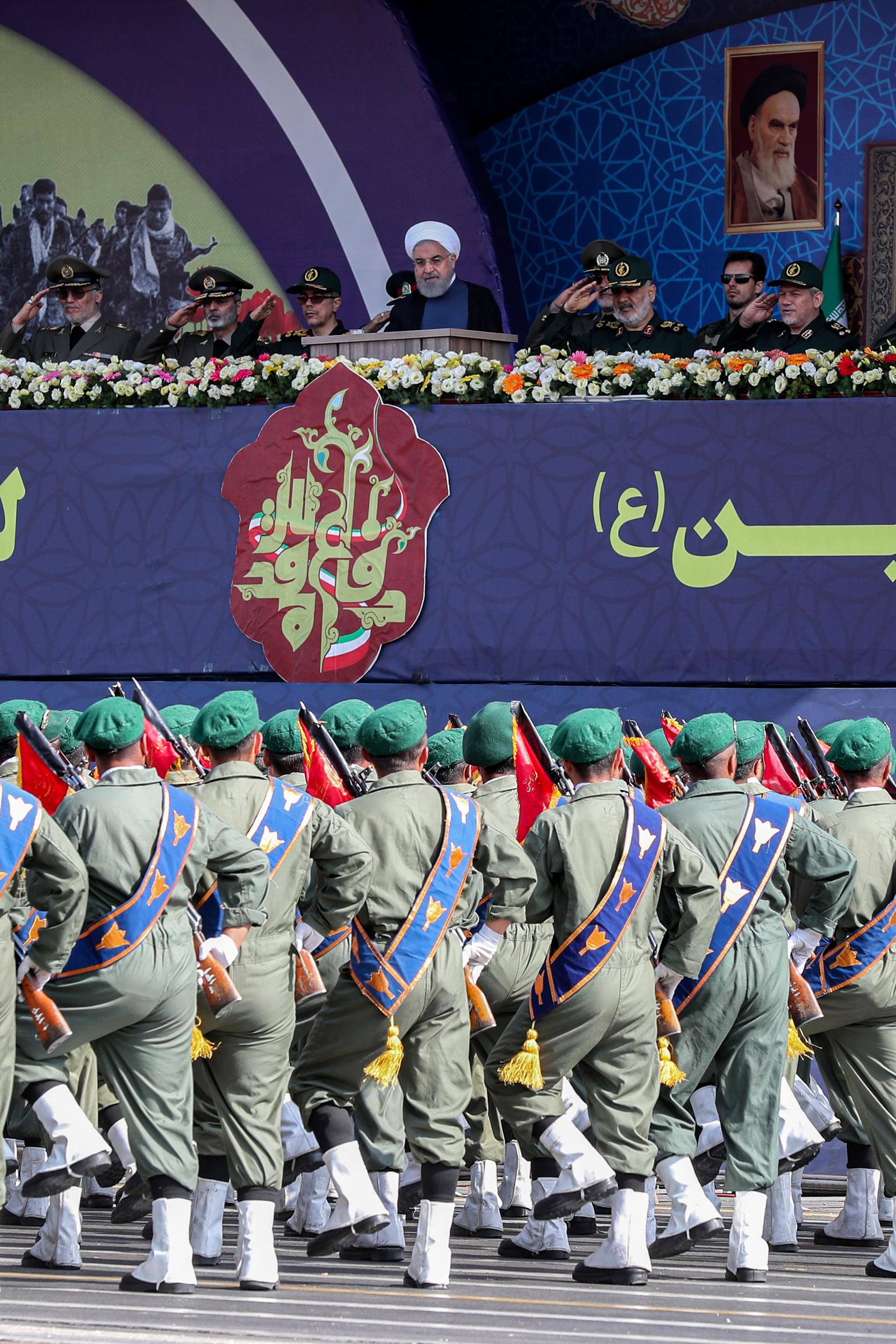 """El presidente Hassan Rouhani (C) y otros altos comandantes militares viendo a los miembros del Cuerpo de la Guardia Revolucionaria Islámica (IRGC) desfilar durante el desfile militar anual de la """"Semana de la Defensa Sagrada"""". Foto: AFP."""