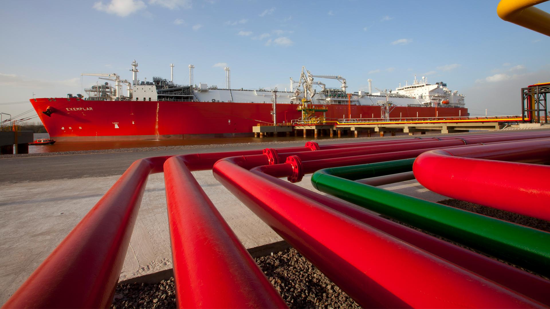 Técnicamente, el buque regasificador anclado en Escobar tiene una capacidad de almacenamiento de 150.900 m3 de GNL, que equivalen a 90,5 millones de m3 de gas. Foto: Archivo DEF.