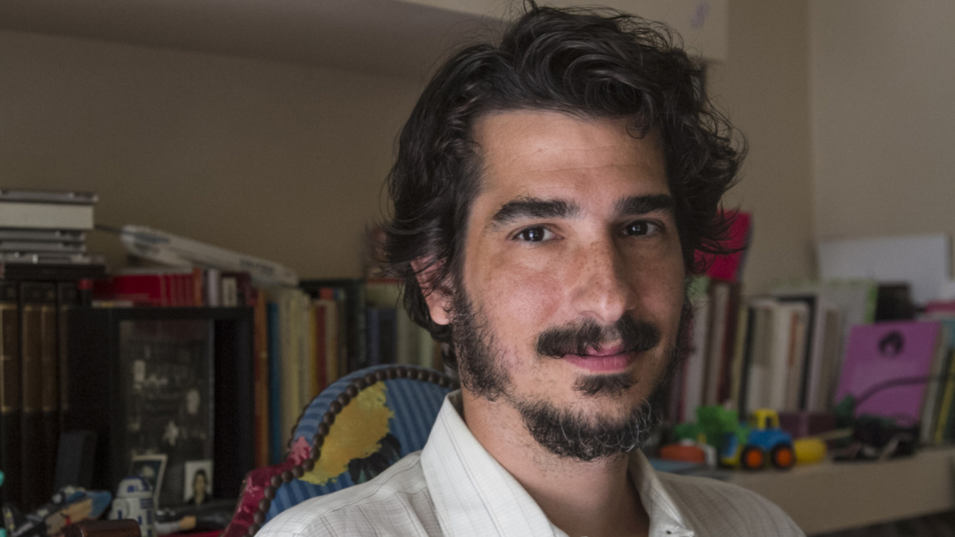El psicoanalista y doctor en FilosofíaLuciano Lutereau elige sus cinco libros favoritos. Foto: Fernando Calzada.