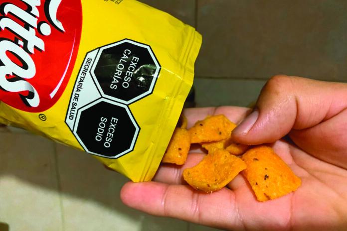 El proyecto de ley contempla un sistema de etiquetado frontal en alimentos y bebidas que adviertan a los consumidores el exceso de determinadas nutrientes como el azúcar, sodio y grasas saturadas. Foto: Gentileza Cuarto Oscuro.