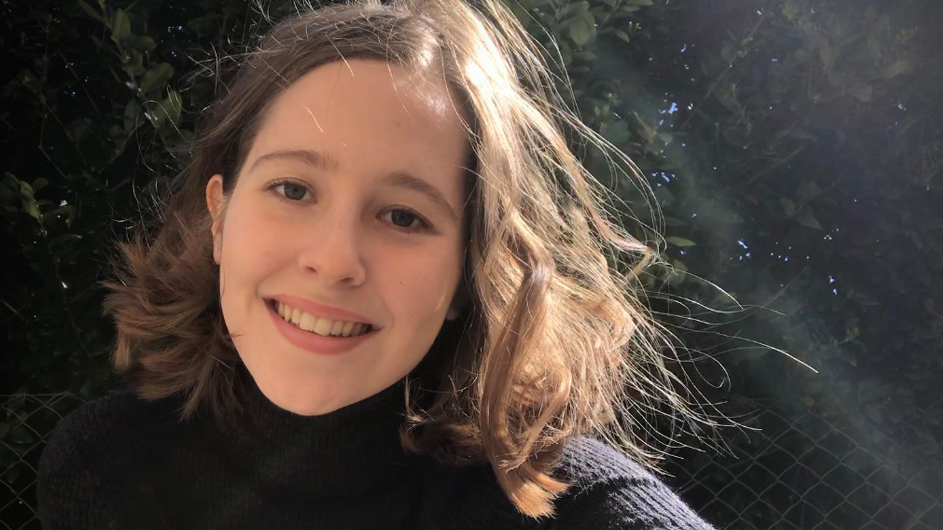 """Universos paralelos: Lara confiesa que """"casi siempre"""" escribe sobre el mundo de los niños o de los adultos. """"A veces pienso que alguien se puede preguntar qué experiencia tengo para hablar sobre ciertas cosas y no tengo respuesta"""", explica. Foto: Gentileza L.U."""